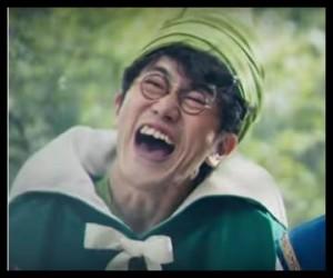 ドラクエCMで出川哲朗と本田翼と共演の魔法使いの眼鏡俳優は?